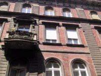 Kiszakadt a korlát, a két fiatal lezuhant az erkélyről